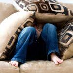 Un-bambino-si-nasconde-costruendo-un-nascondiglio-con-dei-cuscini-Salem-Studio-di-Psicologia-Milano